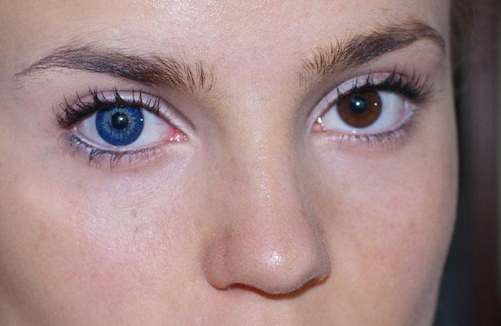 Это становится понятно от голоса «за кадром» или подсознательно приходит понимание, что глаза имеют какой-то цвет.